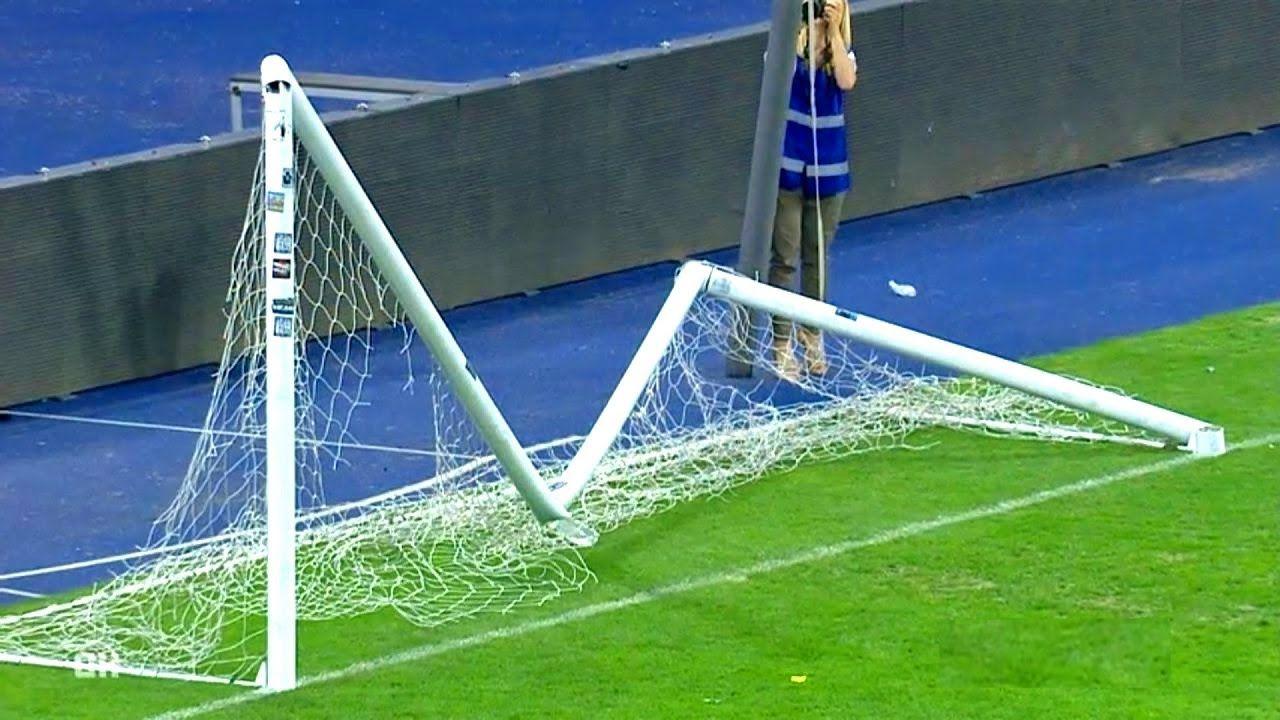 Сломанные футбольные ворота