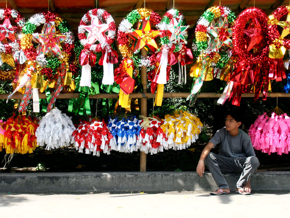 In The Philippines The Parol Has Become An Iconic Symbol Of The Filipino Christmas And Is As Important Christmas Traditions Christmas Parol Christmas Lanterns