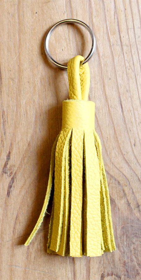 c31bb3edefe7 Comment créer un pompon en cuir coloré pour enjoliver votre sac à main ou  faire un porte-clés original. DIY pompon en cuir, une bonne idée cadeau.