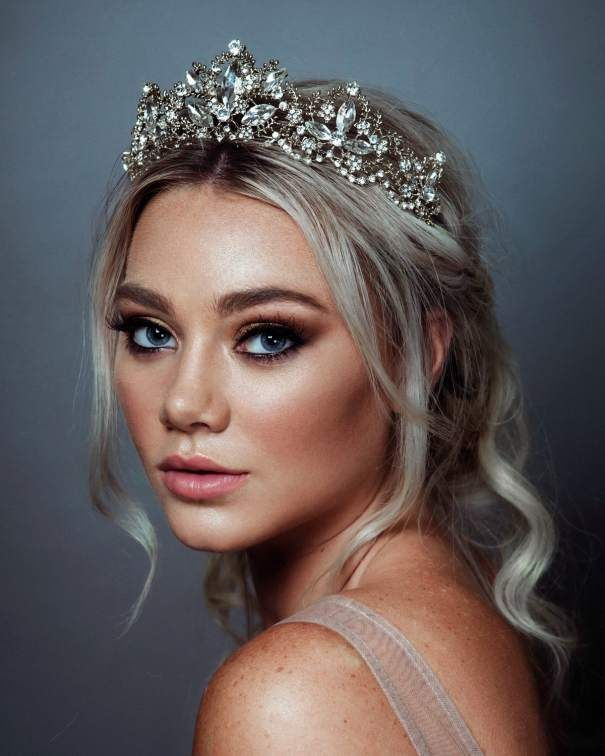 Beautiful Bridal Headpiece Trends For 2019 And How To Wear Them Tiara Hairstyles Wedding Tiara Veil Bride Hairstyles
