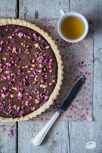 Photo of Crostata vegana al cioccolato con lamponi e petali di rose – Vego