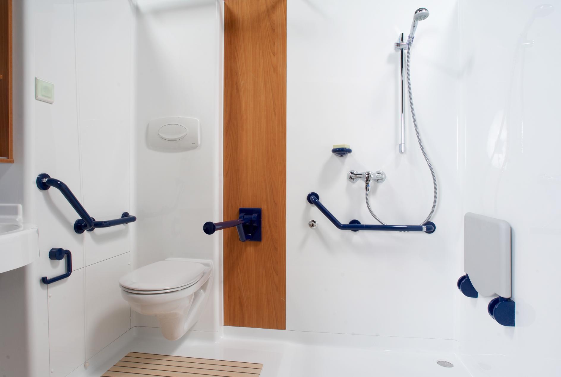 Salle de bain compl te adapt e pour les personnes en fauteuil roulant nos cabines sont - Prix salle de bains complete ...