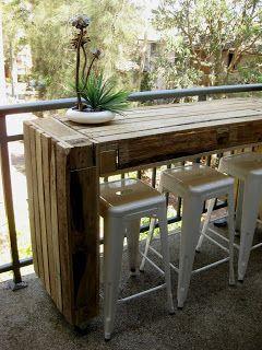 Balkontisch aus paletten  Balkontisch auf Rollen aus alten Paletten gebaut - tolle DIY Idee ...