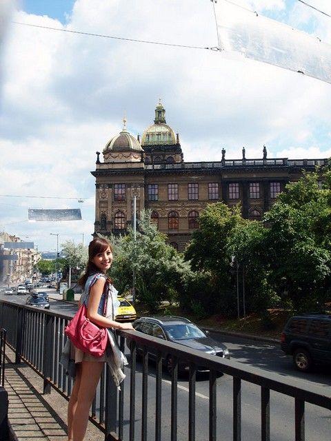 joanne的旅遊日誌: day1-捷克布拉格之夏 : 行程: 機場-->巴士轉地鐵去hostel-->輕鐵上castle頂--->遊布拉格城堡區--->聖維特主教堂-->黃金巷 沿路步行下山-->舊城區:查理士大橋-->天文鐘-->布拉格廣場-->黑光劇場(悶到嘔的)
