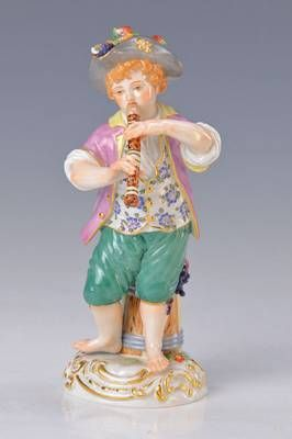 Porzellanfigur, Meissen, 2.H.20.Jh., Gärtnerknabe mit Flöte, bunt bemalt, Goldstaffage, Blattwerk bestoßen, H. ca. 14cm