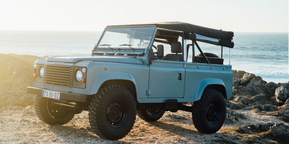 This Matte Blue Land Rover Defender Is Ridiculously Cool Voiture