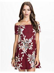 Rød blomstret kjole