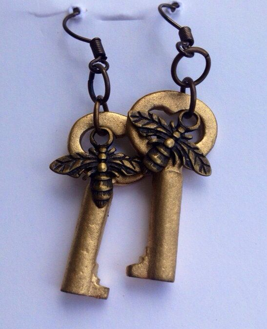 Hey, I found this really awesome Etsy listing at https://www.etsy.com/listing/183714977/vintage-gold-key-earrings-with-honey-bee