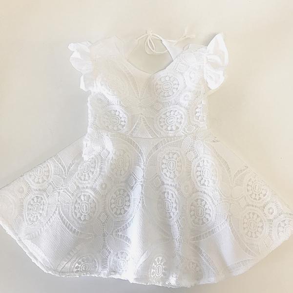 Tämä mekko sopisi kauniisti pienen tytön ristiäisjuhliin! Mekon voisi pukea kastemekon jälkeen, jolloin vauvaa on helpompi pitää sylissä. Tähän lisäksi rusettipanta ja suloiset kengät, niin tyyli on yhdenmukainen!
