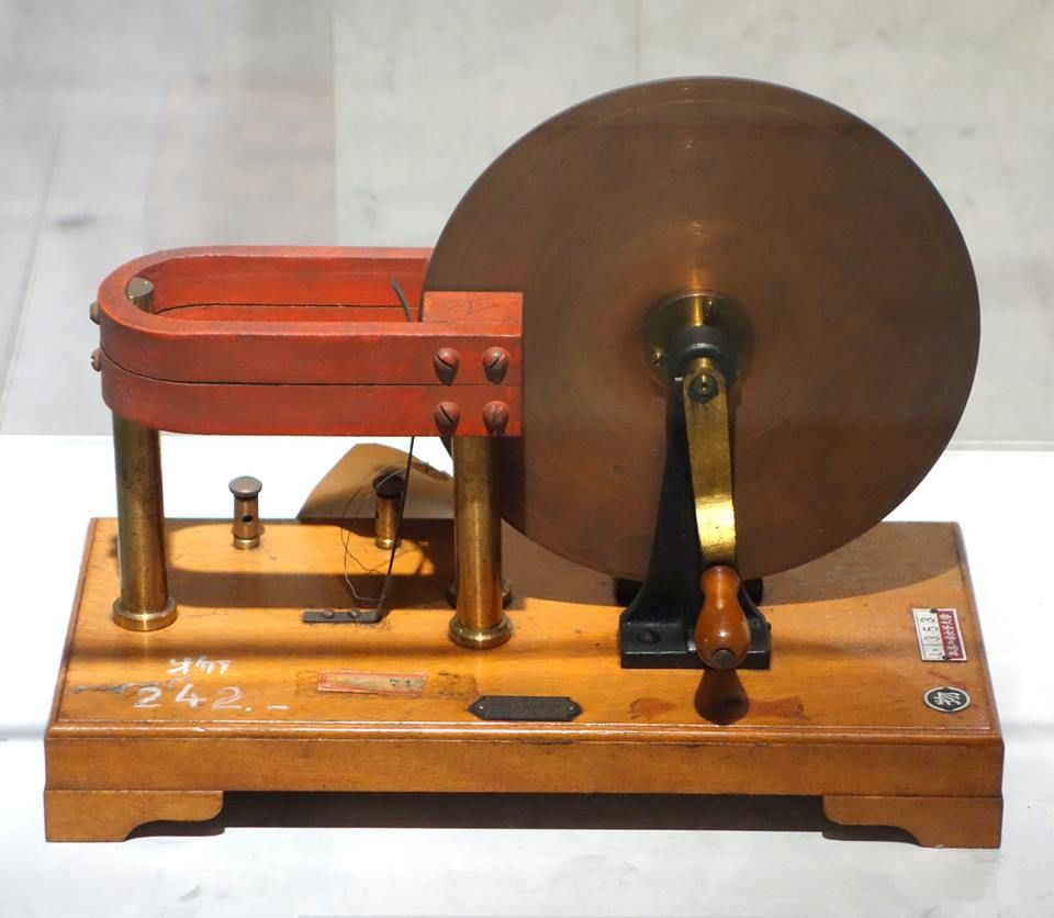 Model of Faraday's disk, the first electric generator