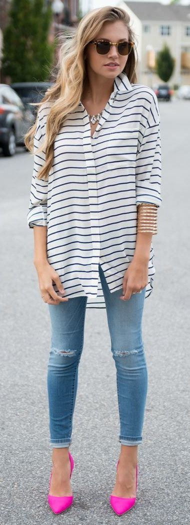 Street style | Striped shirt, denim and neon pink pumps