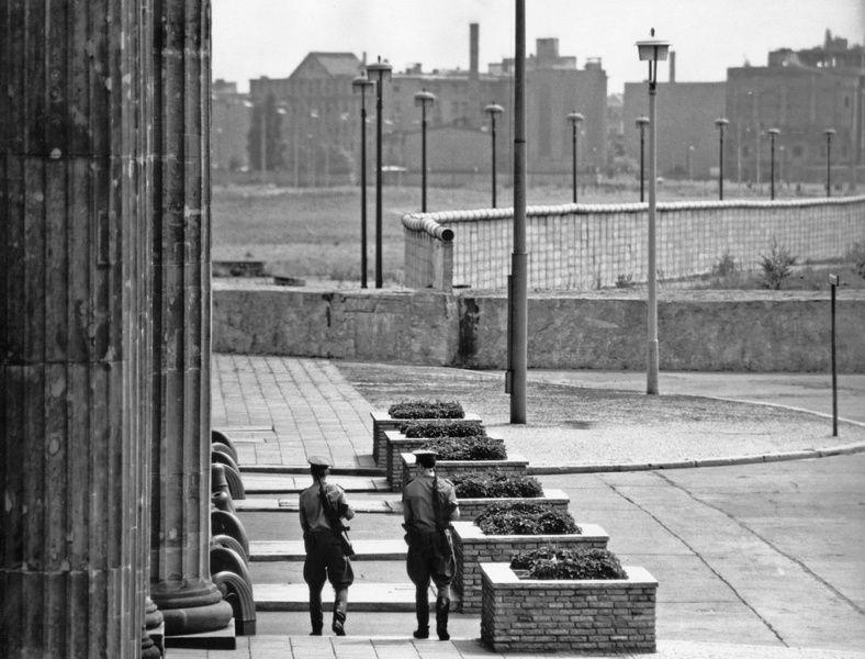 Blick über den Platz vor dem Brandenburger Tor über die Staatsgrenze nach Westberlin/Berliner Mauer | Fotograf: Christian Borchert, 1967