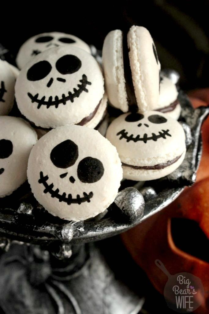 Jack Skellington Macarons are so cute and festive! via @bigbearswife #halloweenmacarons