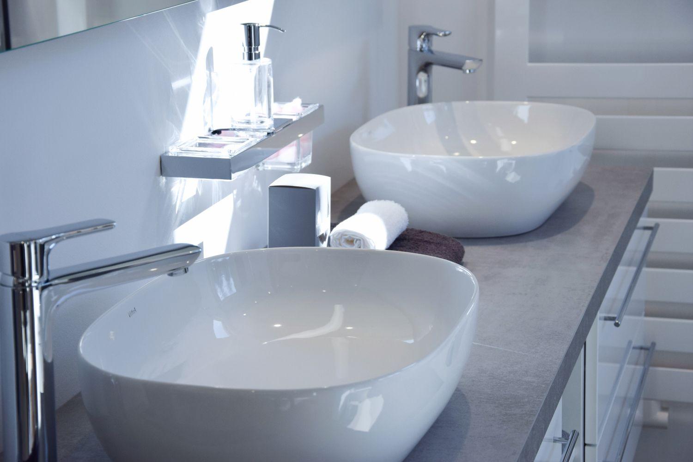 Weiss Grau Trendfarben Mit Diesen Farben Holen Sie Jeden Stil In Ihr Badezimmer Familienbad In 2020 Bader Ideen Badezimmer Familienbad