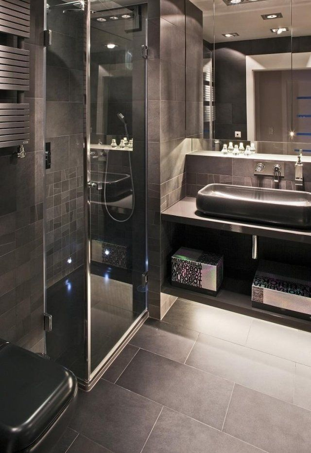 Aménagement Salle De Bain En Couleurs Foncées Avec Une Douche à Lu0027italienne