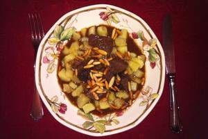 Gulasch Mallorquin: 800 g Rindfleisch für Gulasch, 1 Zwiebel, 2 Zimtstangen, 1/2 Flasche Rotwein, 2 TL gekörnte Rinderbrühe, 1 Beutel Backpflaumen, Salz&Pfeffer, etwas Zitronensaft, 1 Beutel Pinienkerne. Das Rindfleisch in ca. 750 ml kochendes Wasser geben. Es muss vorab nicht angebraten werden. Zwiebeln kleinschneiden und hinzufügen. Gleiches gilt für die Zimtstangen, den Rotwein und die gekörnte Rinderbrühe...