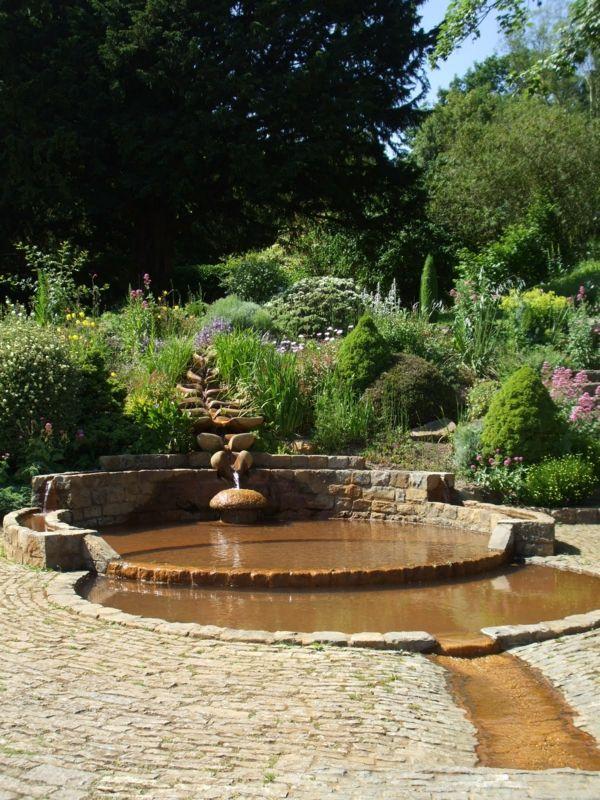 wasserlauf mit flachem teich im garten | gartenhang ° garden hang, Gartenarbeit ideen