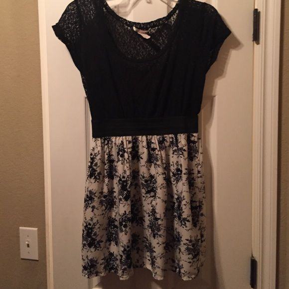 Charlotte Russe black and white top Black and white flower print top from Charlotte Russe Charlotte Russe Tops Blouses