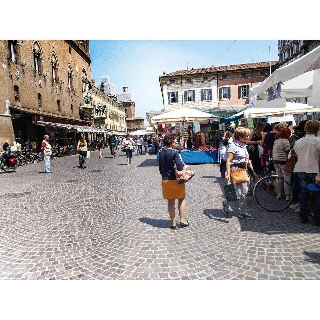 """""""Il mercato è bello. É suoni, colori, gente..."""". Foto e commento di Ziai Hamidullah. La foto é parte della mostra (ri)SCATTI: #Ferrara vista dagli occhi di #rifugiati e richiedenti #asilo che vivono qui. #MyFerrara #comunediferrara #igersferrara #coopcamelot #mercato #piazza #squaremarket"""