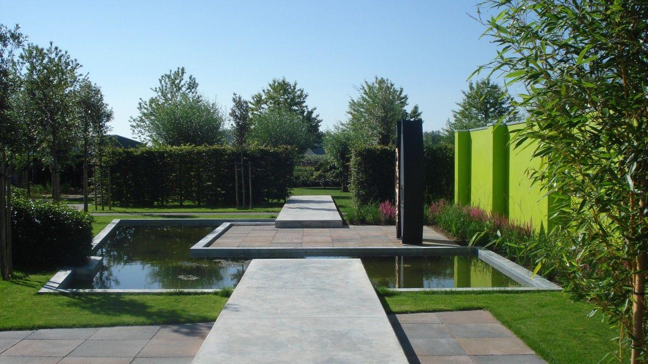 Moderne tuin met strakke contouren gepresenteerd bij for Moderne afsluiting tuin