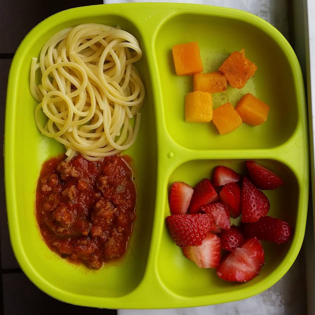 """#homemade #meatsauce / #pasta / #strawberries / #butternutsquash with #cinnamon @replayrecycled #bigbossledweaning #babyledweaning #foodbefore1isforfun…"""