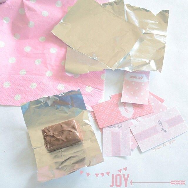 حبيت فكرة تغليف الشكولاته بالقصدير وبعدين نلفها Happy Eid Gift Wrapping Party Decorations