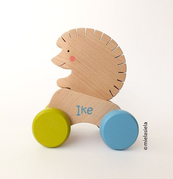 Personalisierte hölzerne Stoß Spielzeugauto mit abnehmbaren Tier - hölzernes Spielzeugauto - Igel