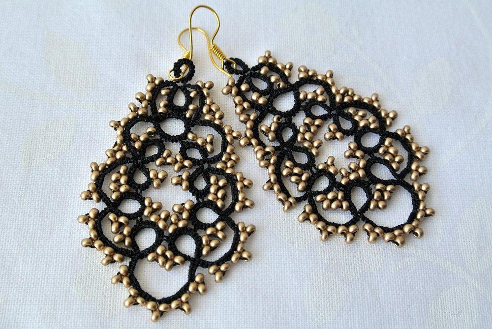 Orecchini pizzo chiacchierino neri con perline oro di Ilfilochiaro