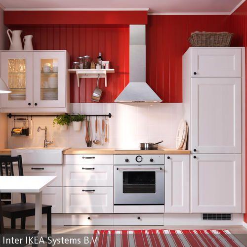 Weiße Landhausküche mir rot gestrichener Holzverkleidung Kitchens