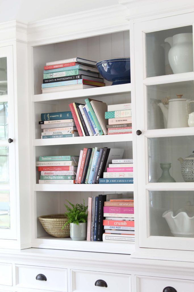 Arranging a stylishbookshelf can be a little tricky sometimes, especially when you have a lot of books. Here are some tips and tricks to arranging the books you have so they're pretty to look at! #decoratingwithbooks #booklover #colorfulhomedecor #shelfie #shelfstyling #howtostylebookshelves