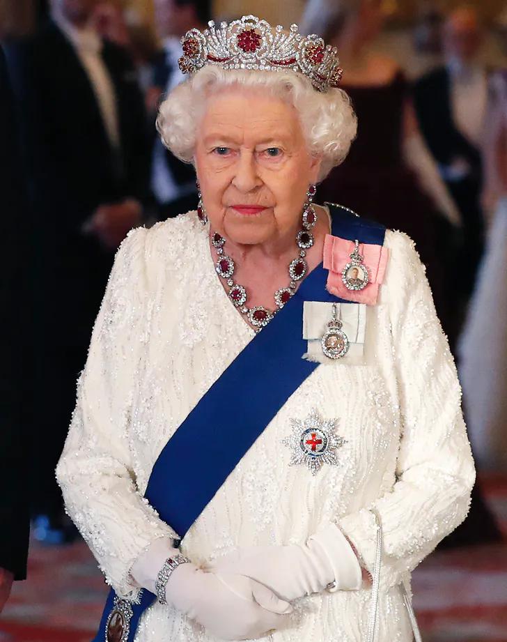 Queen Elizabeth Delivers Hopeful Christmas Speech In Purple Gown Her Majesty The Queen Queen Elizabeth Queen Elizabeth Ii