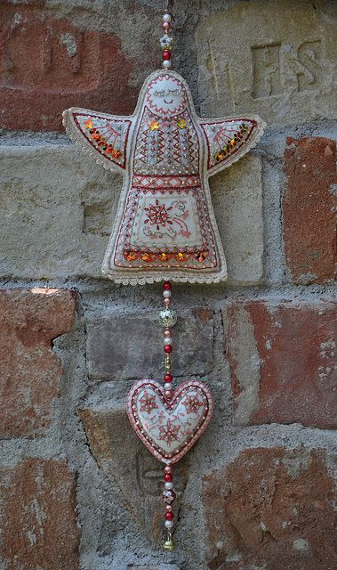 love this felt angel and the detailed embroidery ... she looms like she could place a nice blessing wherever she is.