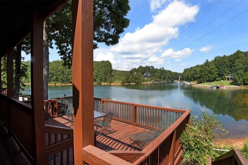 Delightful chalet on the clear shores of lake keowee