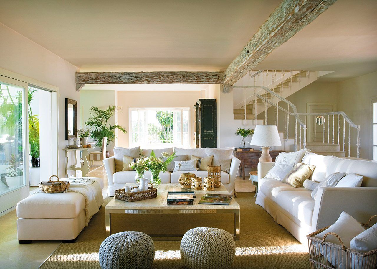 Para conversar sof s blancos mesa de centro y puf - Arte y decoracion ...