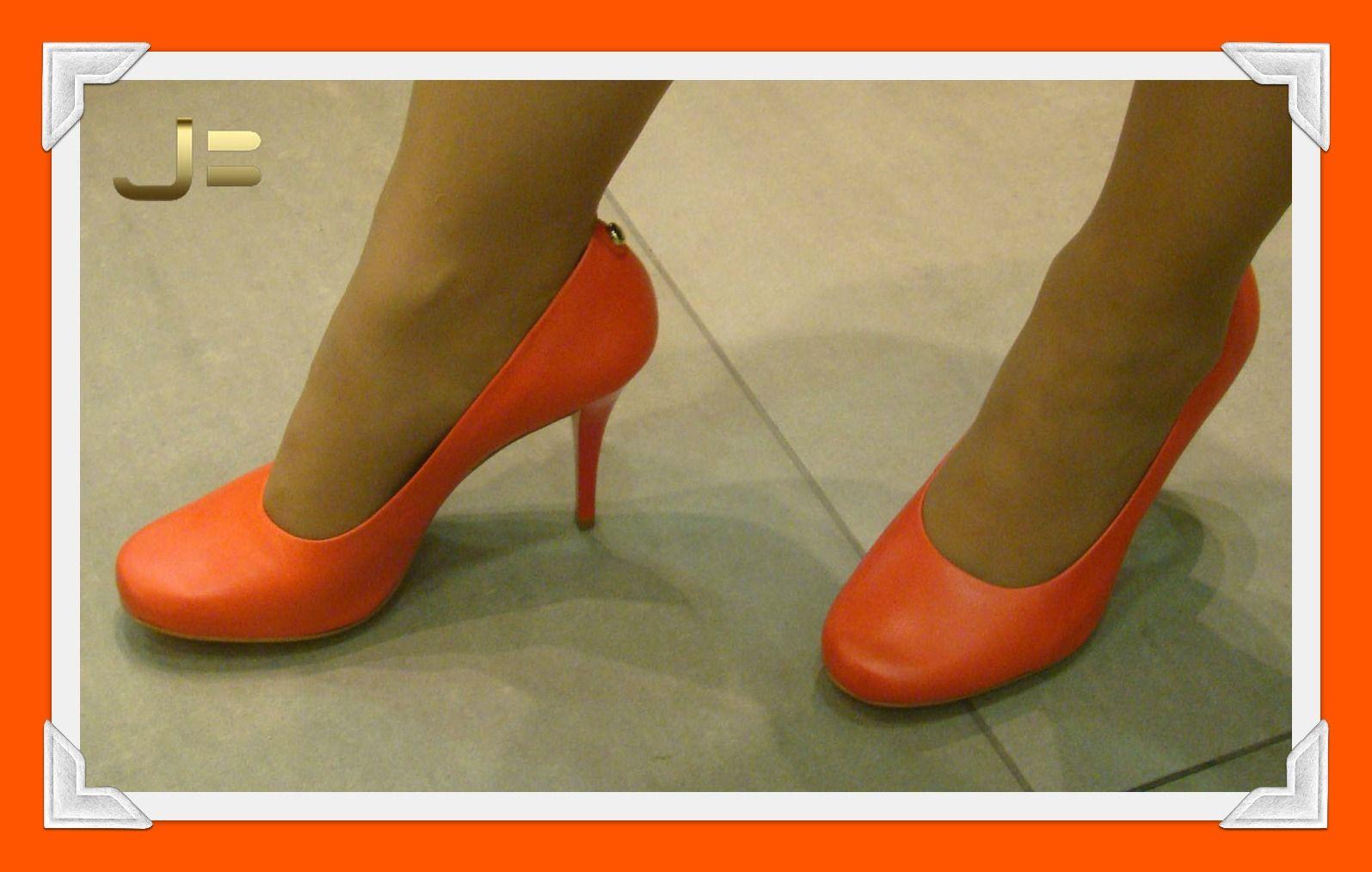 O abóbora será a nova tendência da estação primavera-verão. A cor, quente, é capaz de alegrar qualquer visual! Venha até nossas lojas no BH Shopping e DiamondMall ver nossos sapatos dessa cor! =)