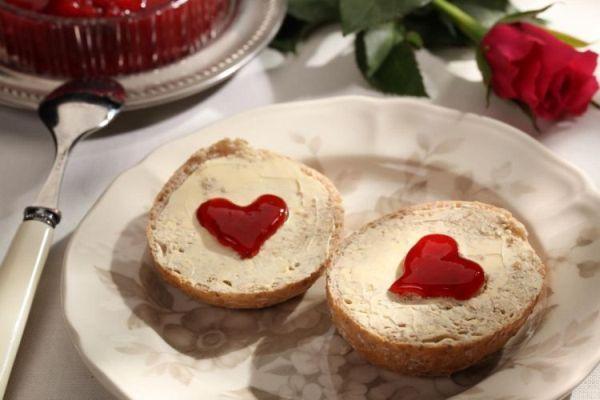 Pomysł na walentynkowe śniadanie - co podać na śniadanie do łóżka? - Glamki.pl