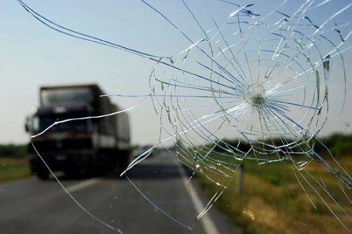 Cần chú ý khi kính chắn gió xe hơi bị vỡ