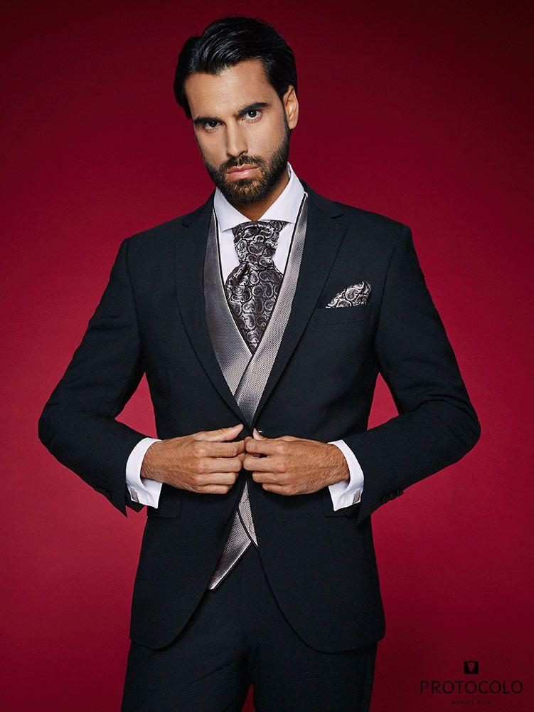 traje de novio negro otura entallado con un chaleco semicruzado y