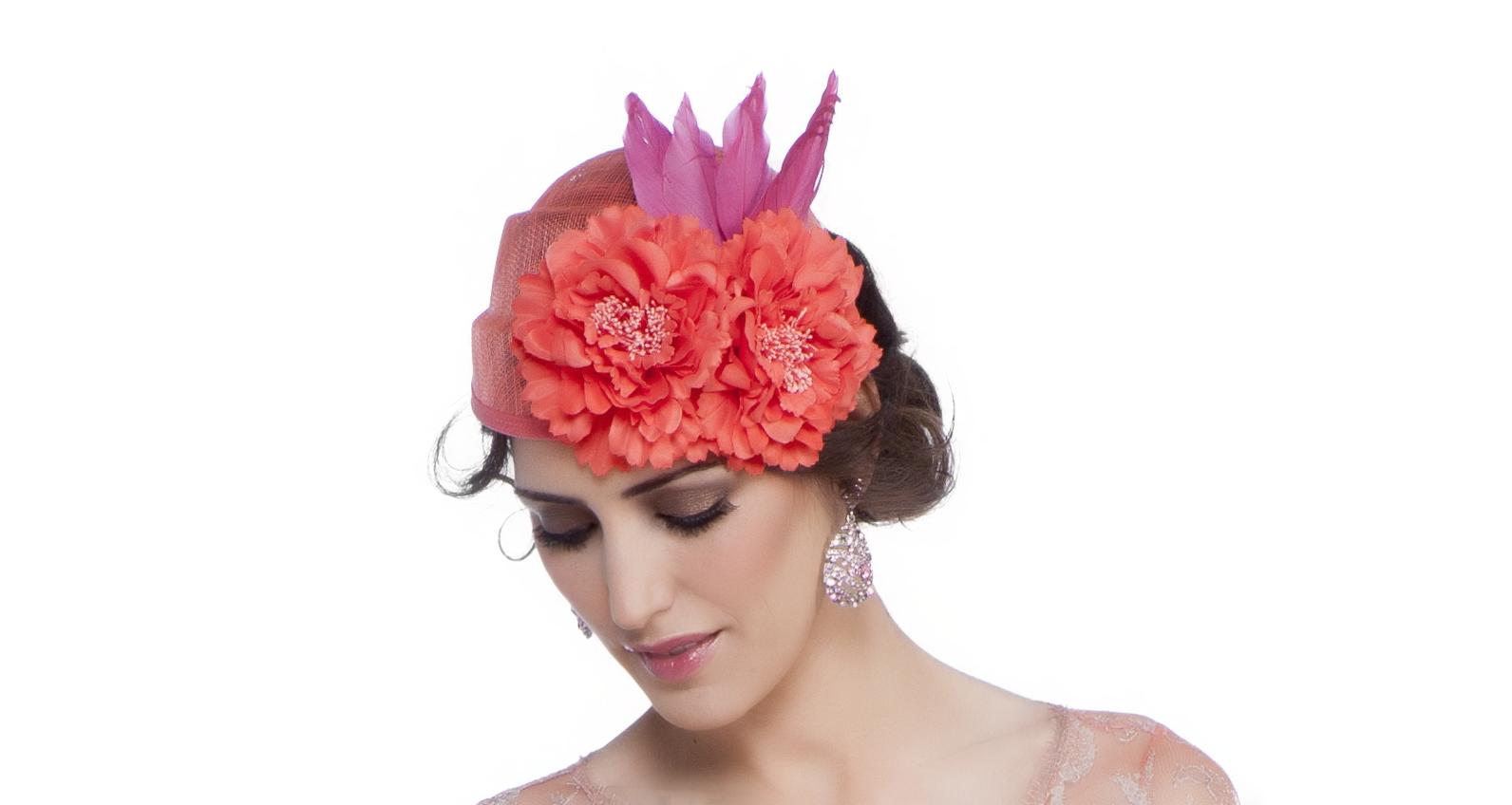 Comprar Tocado con flores y plumas de pato online en scalacostura.com