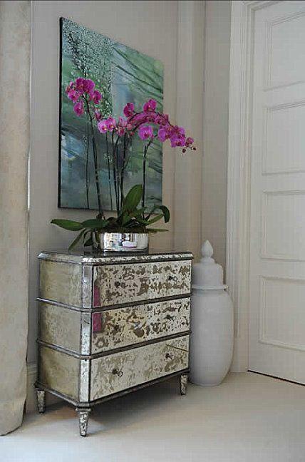 21 ideas para decorar la entrada con una c moda bohemian - Como decorar una comoda ...