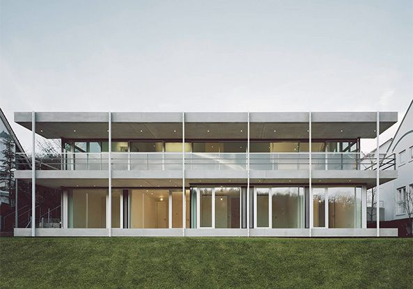 Stuttgarter Architekten vollverglasung unterm grauen satteldach wohnhaus in stuttgart