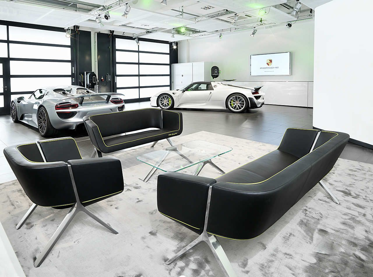the 918 spyder lounge of the porsche factory in. Black Bedroom Furniture Sets. Home Design Ideas