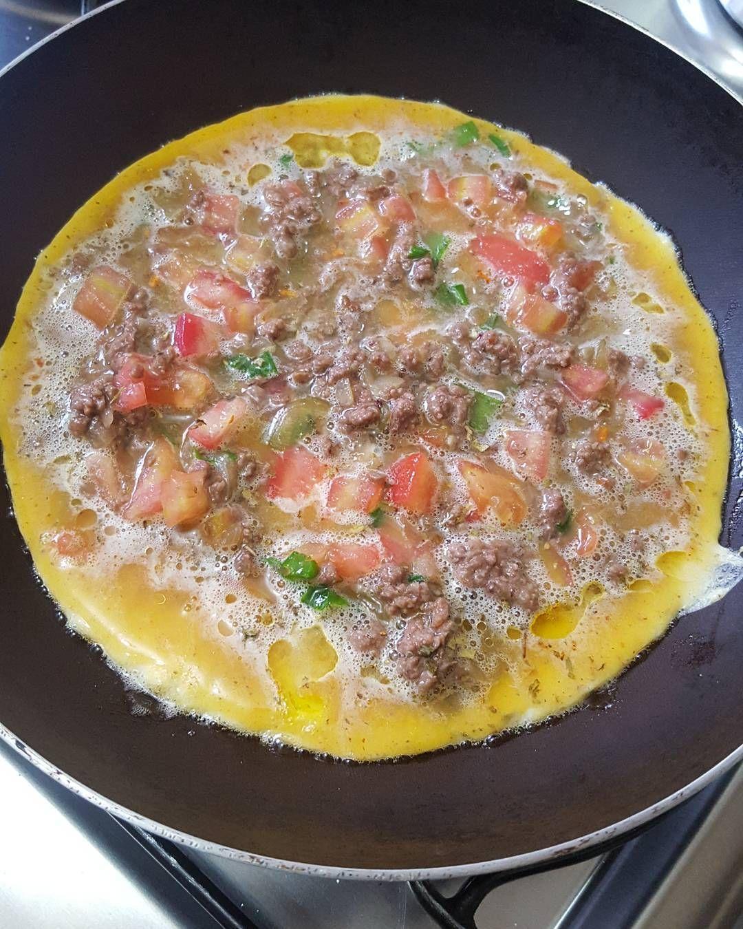 Omelete saindo pro almoço  #temquecaber #ovos #eggs #emagrecimentosaudável #emagrecer #comacomida #realfood #eatclean #eathealthy #emagrecendo #jujunacozinha #lowcarb #lchf #paleofood #paleo #paleodiet #dietasemsofrer #dieta #diet #foconadieta by temquecaber