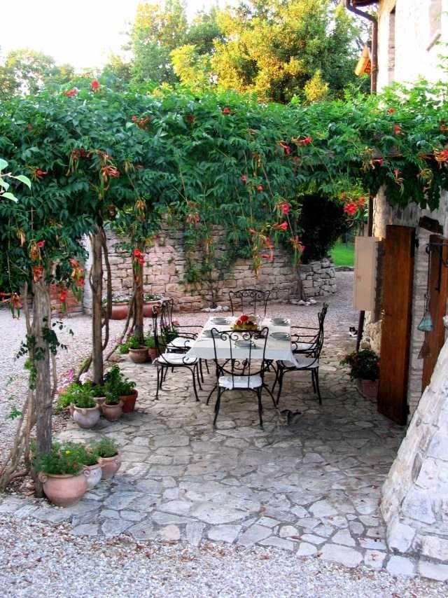 trompetenblume gartenlaube terrasse begrünen italienisches flair, Gartengerate ideen