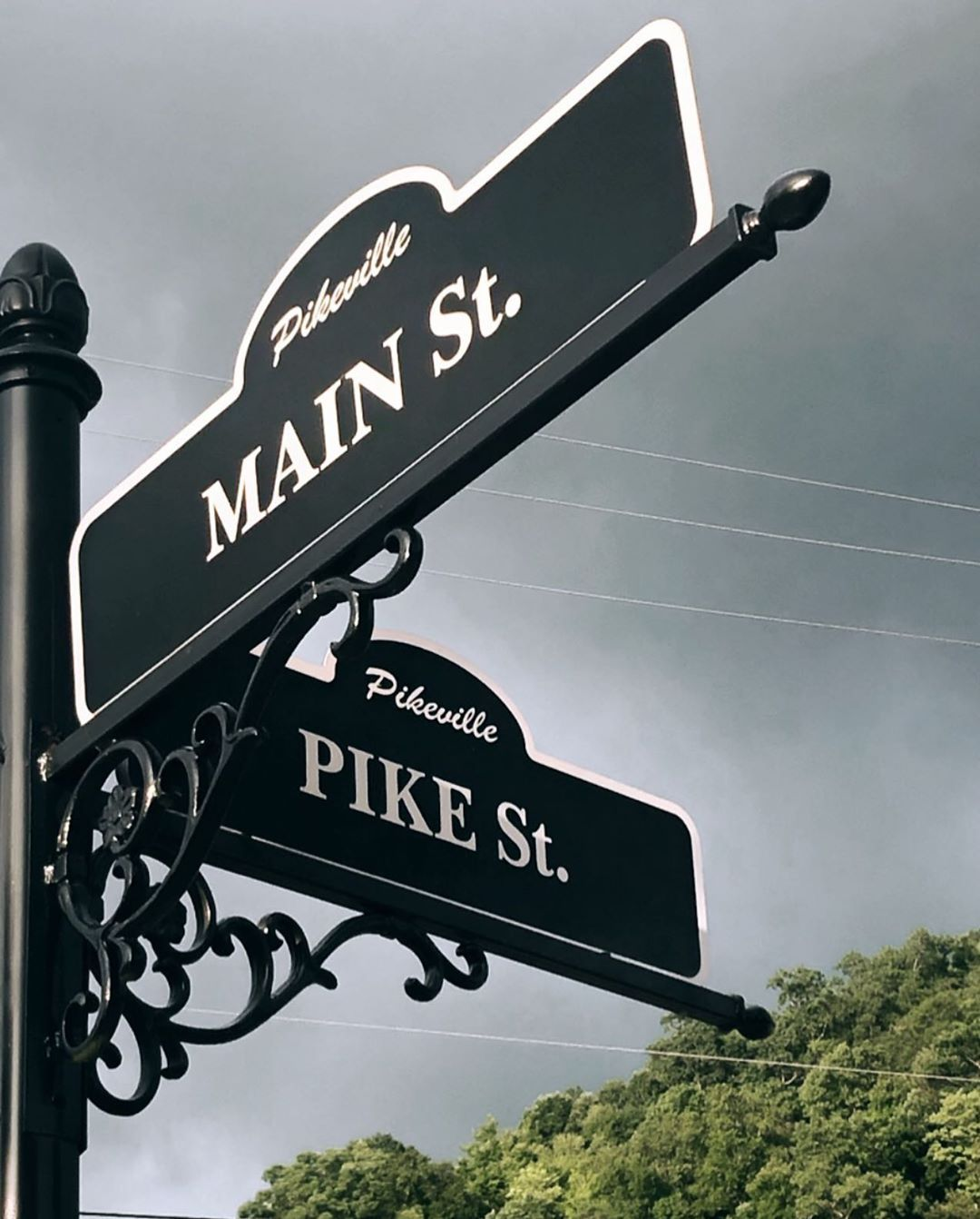 It's been so gloomy here in Pikeville lately it's making me want summer more and more everyday. Who agrees?! 🙋🏼‍♀️ #pikevilleky #pikeville #smalltown #pikeandmain #streetsign #photography #nikon #talmagephotograpy #bringonsummer #rain #kentucky #mainstreet