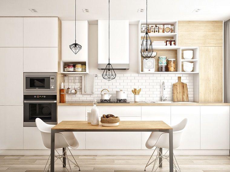 pavimento in parquet chiaro in una cucina con mobili bianchi ...