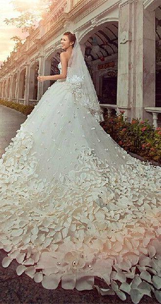 excepcional vestido de novia con una cola larga y llamativa, parece