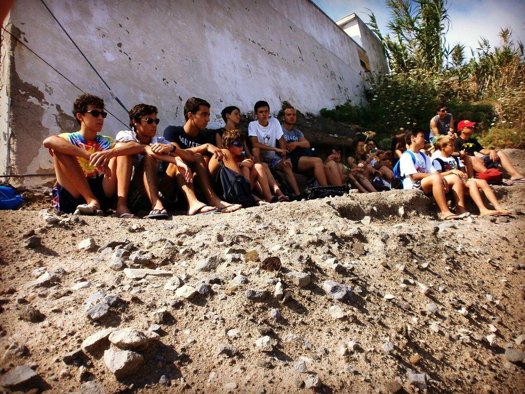 15 Luglio. Al faro tutti alla lezione sulla storia antica e la costruzione del porto romano scavato nel tufo.