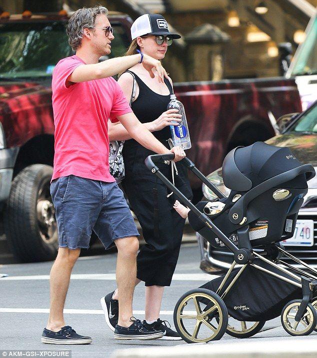 Anne Hathaway Jonathan: Anne Hathaway Enjoys Stroll With Husband Adam Shulman Baby