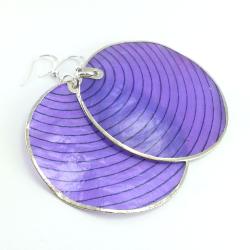 Kolczyki z kół fioletowej masy perłowej w prążki.